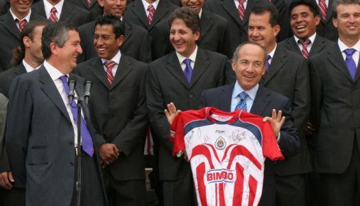En 2006 Calderón se negó a revisar elección; hoy pide verificar jugadas polémicas del futbol