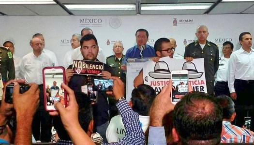 Periodistas protestan frente a Osorio Chong; exigen justicia por Javier Valdez