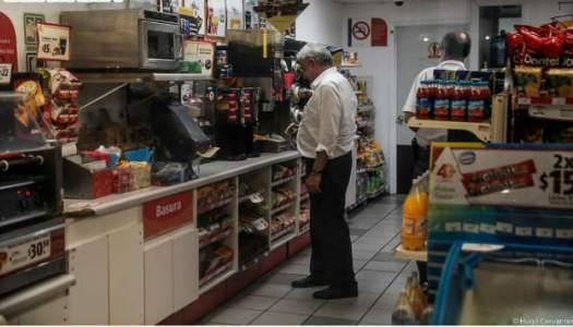 La humildad del Presidente: captan a AMLO comprando café en el Oxxo