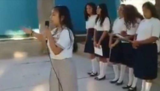 Esta joven sorprendió en su secundaria con poema sobre AMLO