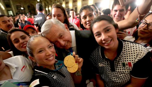 """AMLO les calla la boca a quienes aseguraron que se """"colgó"""" de medallas de deportistas"""