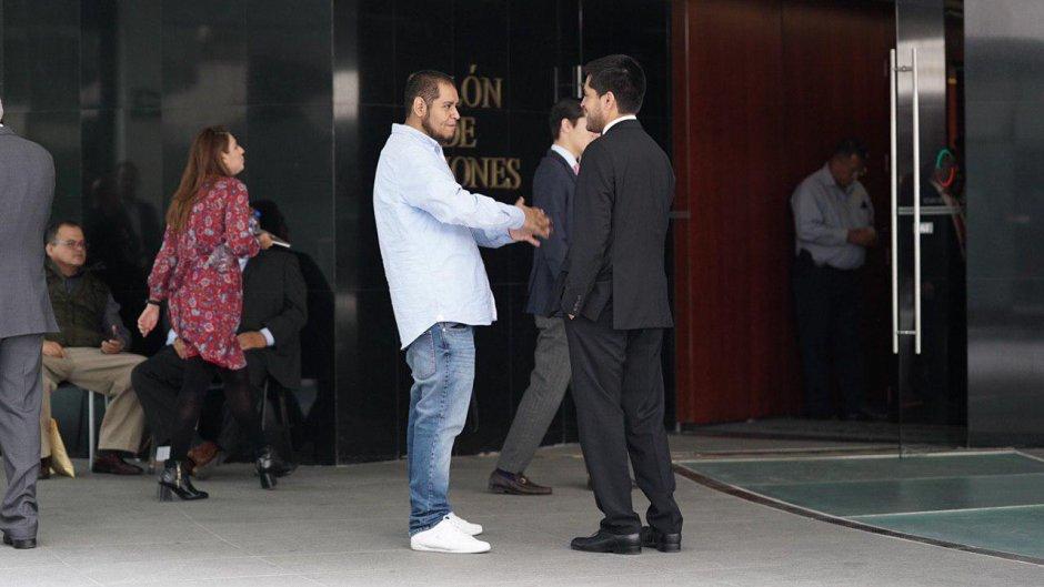 Tumbaburros dialoga con Juan Pablo Adame en el Senado. Foto: LPO