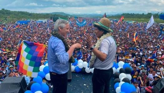 Evo Morales regresa a Bolivia, arropado por más de 100 mil personas