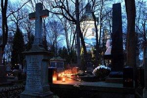 Bild: Powazaki Friedhof // (cc) Lukas Plewnia / polen-heute.de [CC BY-SA 2.0] / Flickr