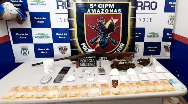 Dupla é detida com espingarda e drogas