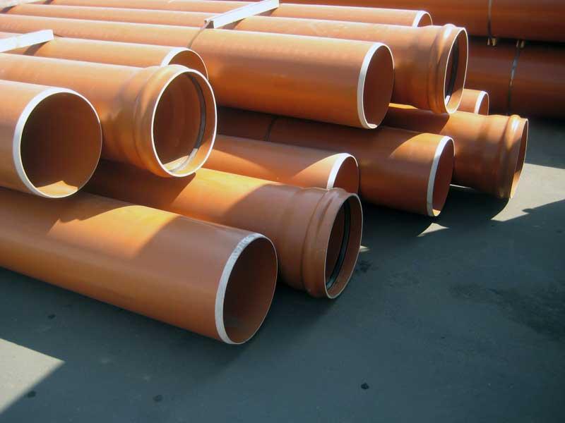 بسیاری از خواص PVC فوق العاده و انواع بسیار جذاب برای تولید بسته بندی است. در اروپا، هر سال حداقل 250 هزار تن PVC برای تولید مواد بسته بندی استفاده می شود. برنامه های اصلی: فیلم سفت (51٪)، بطری ها (35٪)، فیلم انعطاف پذیر (11٪) و پوشش بطری (3٪). به عنوان نمونه هایی از استفاده از PVC در بسته، شما می توانید لوازم بهداشتی، لوله های خمیر دندان، تلفن های همراه و لوازم جانبی را برای آنها به ارمغان بیاورد.