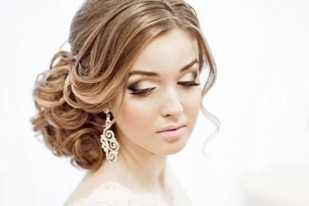 в свадебную прическу вплетены украшения с полунатуральными камнями