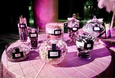 Фиолетовое оформление гостевых столов на свадьбу
