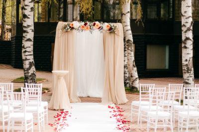 Арка из декоративных цветов на свадьбу