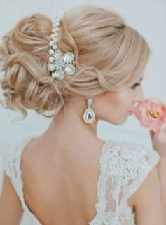 Изысканная прическа на свадьбу с украшением для волос