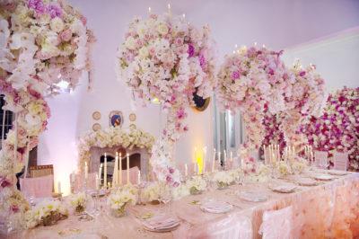 Розовые цветы в оформлении свадьбы
