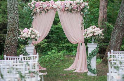 Арка свадебная розовая с декоративными цветами