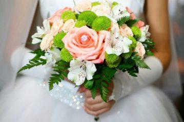 Букет невесты с коралловыми розами