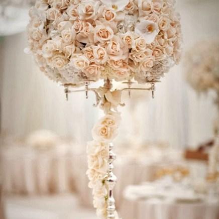 Цветы на свадебной сойке в персиковом цвете