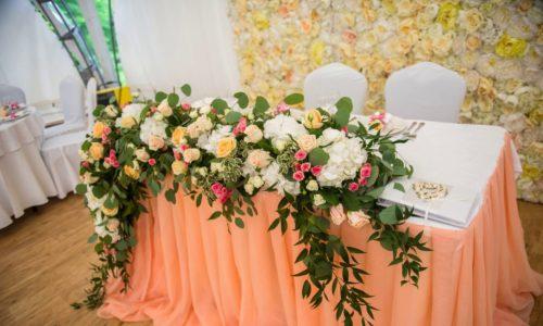 Длинная композиция из цветов на свадебный стол