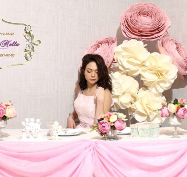 Украшение зала большими цветами на свадьбу