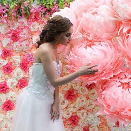Фотозона из больших цветов в розовом цвете