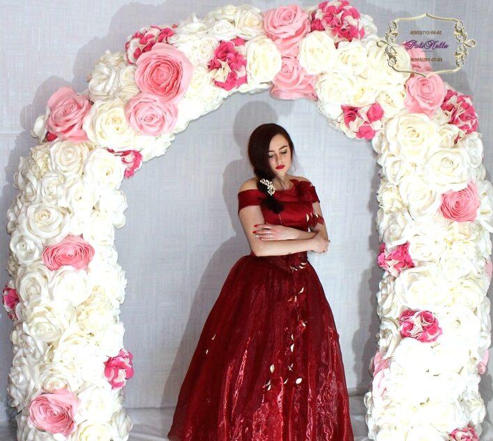 Арка из больших цветов на свадьбу