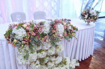Украшение стола живыми цветами на свадьбу Долгопрудный