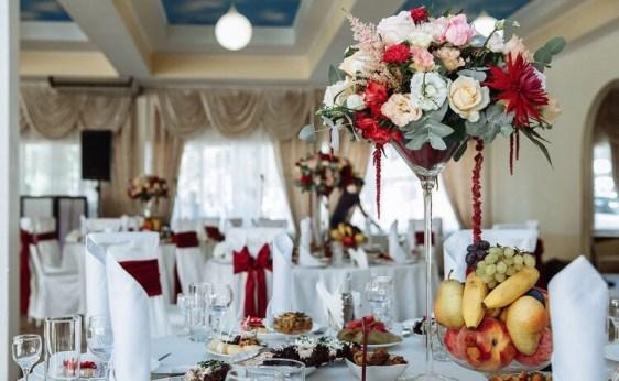 Украшение гостевых столов вазами-мартини