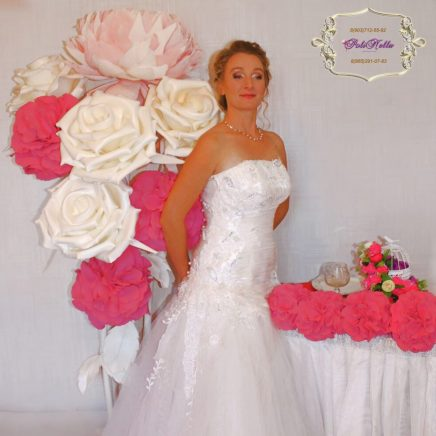 Фотозона из ростовых роз белого цвета