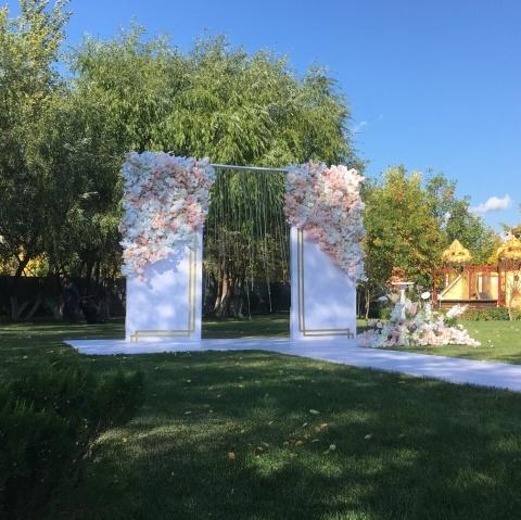 Арка на свадьбу колонны с цветами