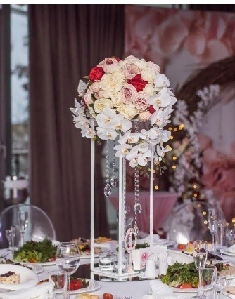 Стойка геометрия в белом цвете для свадьбы
