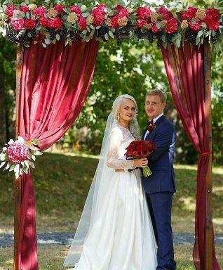 Свадебная арка в цвете марсала