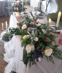 Цветочная композиция в стиле лофт на свадебный стол