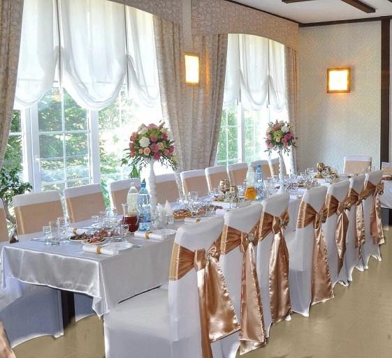 Украшение гостевых столов в золотом цвете