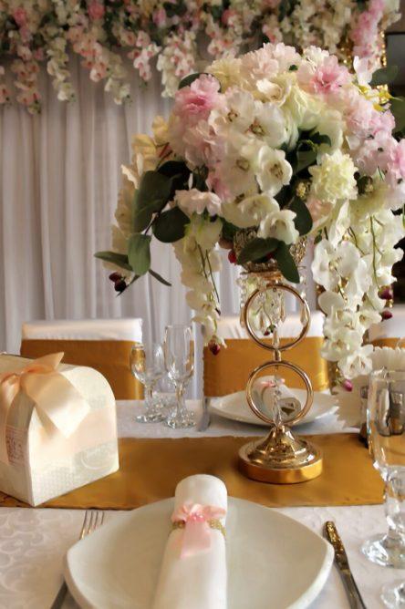 Украшение стола молодоженов на свадьбу цветами