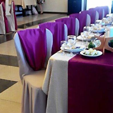 Украшение стульев на свадьбу в красном цвете
