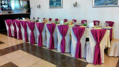 Украшение гостевых столов на свадьбу в красном.