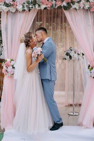 Выездная регистрация на розовой свадьбе