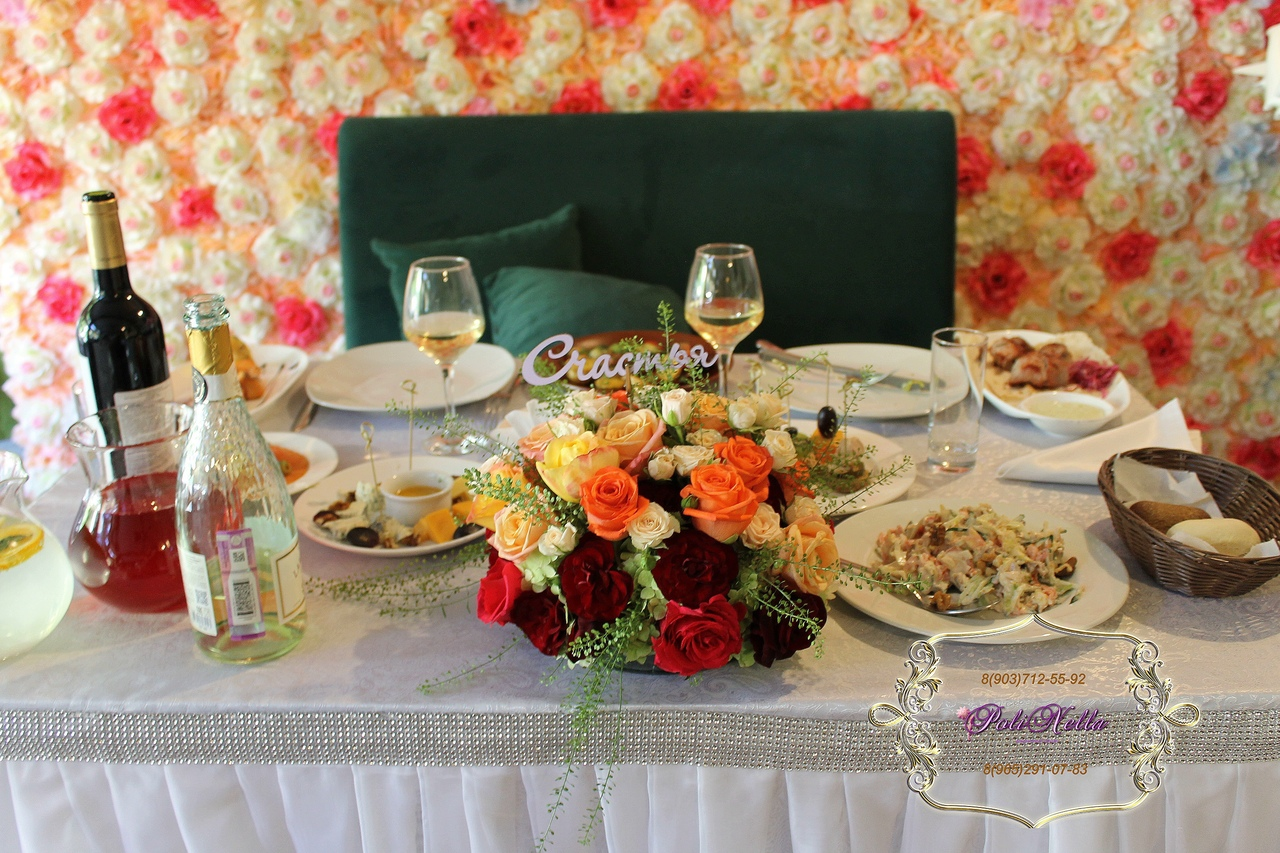 Украшение свадебного зала в персиковой гамме