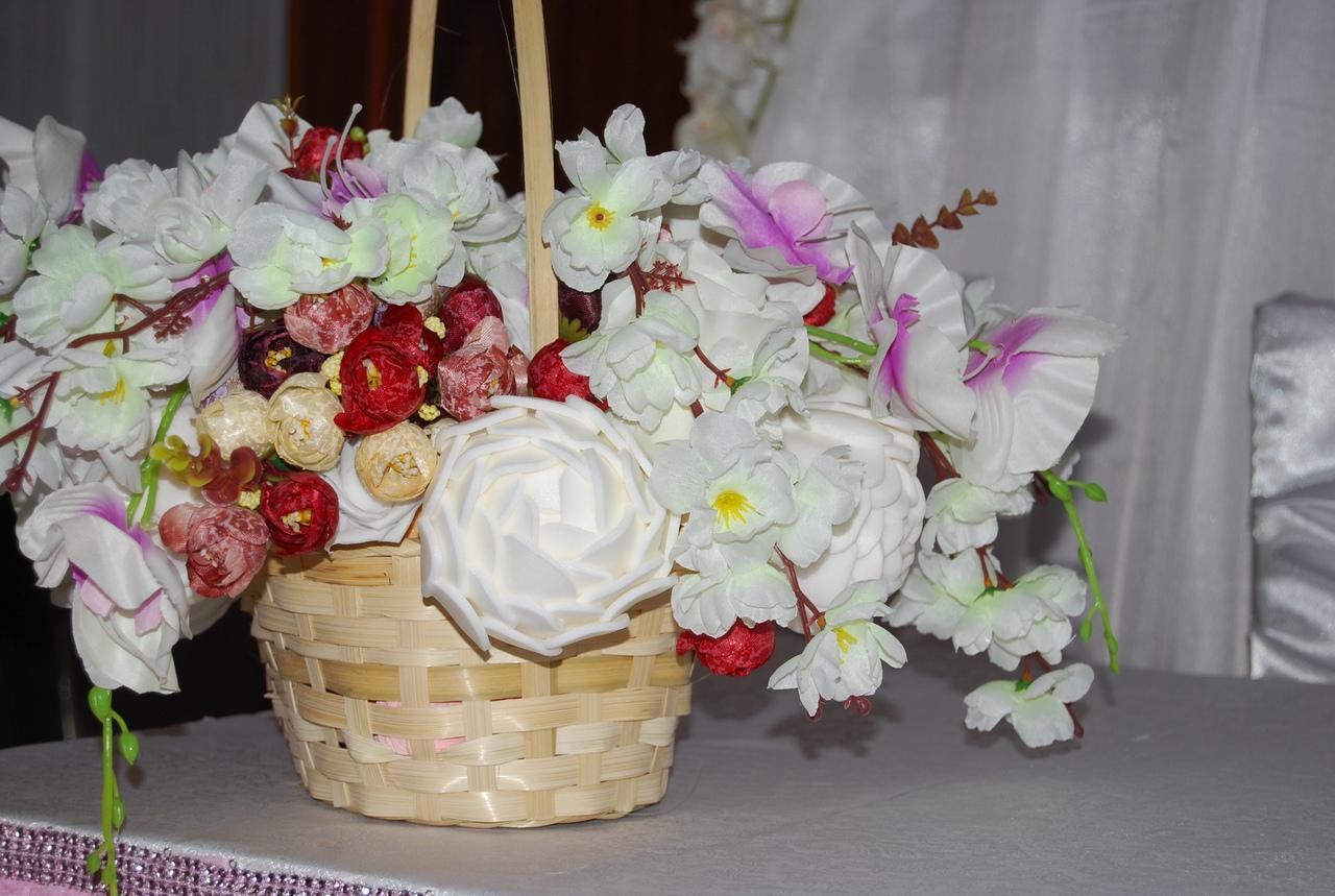 Цветы ручной работы в корзине
