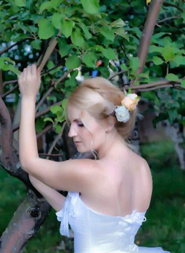 Фотосессия невесты в яблоневом саду