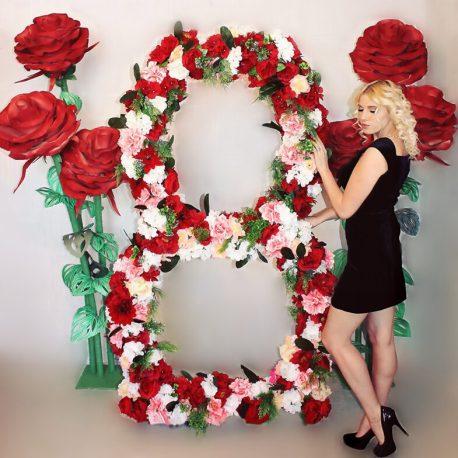 Ростовая цифра восемь на международный женский день