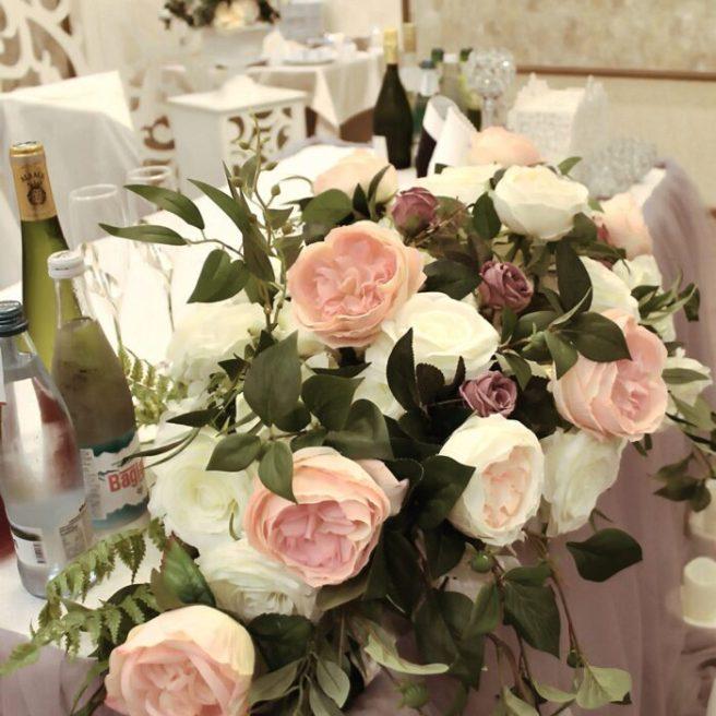 Оформление зала на свадьбу резной ширмой и цветами