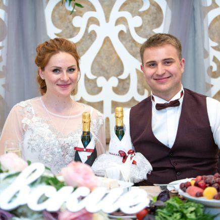 Украшение стола на свадьбу в цвете пыльной розы