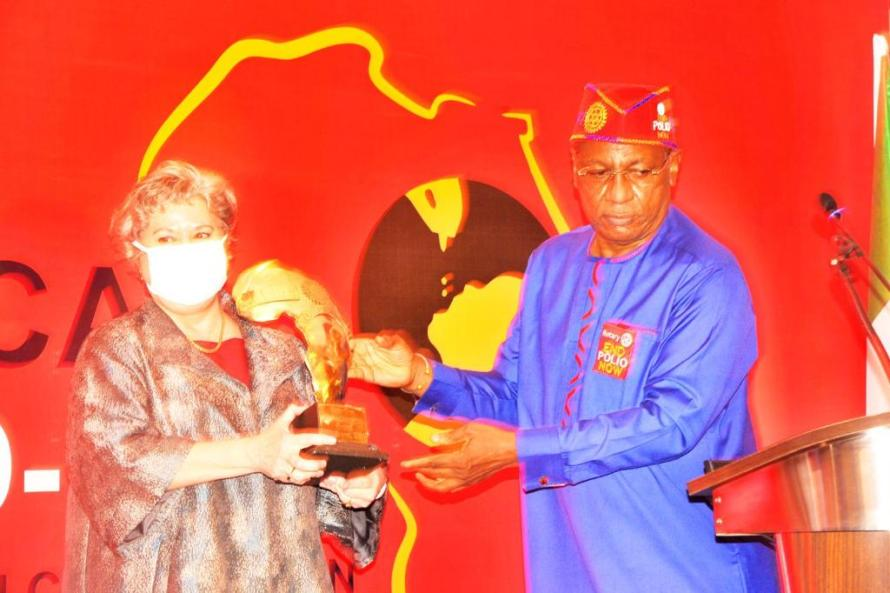 Dr Tunji Funsho presenting an award of appreciation to Ms. Mary Beth Leonard US 🇺🇸 Ambassador to Nigeria.