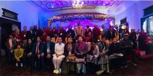 Algunos de los asistentes se reúnen para una foto de grupo al comienzo de la conferencia.