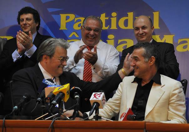 Vadim si Becali dupa aflarea rezultatelor alegerilor europene din 2009.