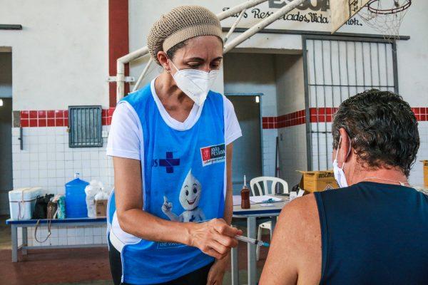 Começa vacinação de pessoas 18+ que trabalham na saúde, com deficiência e comorbidades