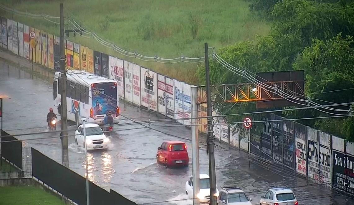 Alagamentos, trânsito lento e buraco na Avenida Epitácio Pessoa. Quinta-feira de chuva e transtornos na capital