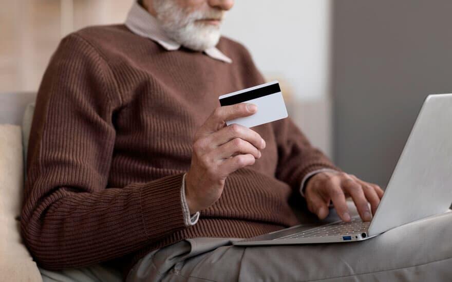 Contra Golpes: Deputados aprovam projeto que obriga assinatura presencial na contratação de empréstimos por idosos