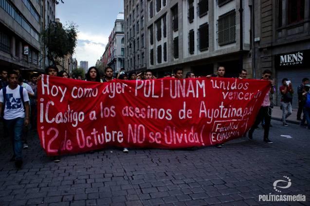 Facultad de Economía en marcha conmemorativa 2 de octubre.