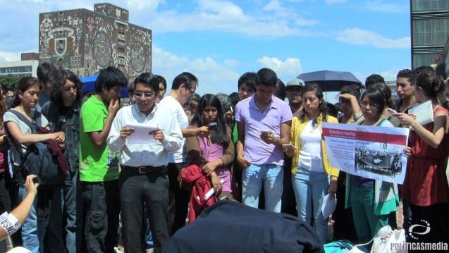 """Acto simbólico: """"Recibimiento a los estudiantes en lucha del #Politécnico en la Explanada de Rectoría de Ciudad Universitaria"""". Fotografía: Paty Olivares."""