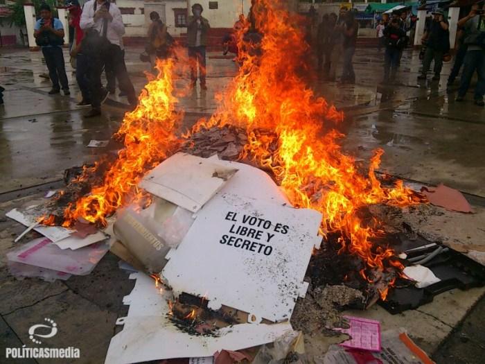 Fotografía: Ernesto Funesto | Quema de material electoral en Tixtla, Guerrero