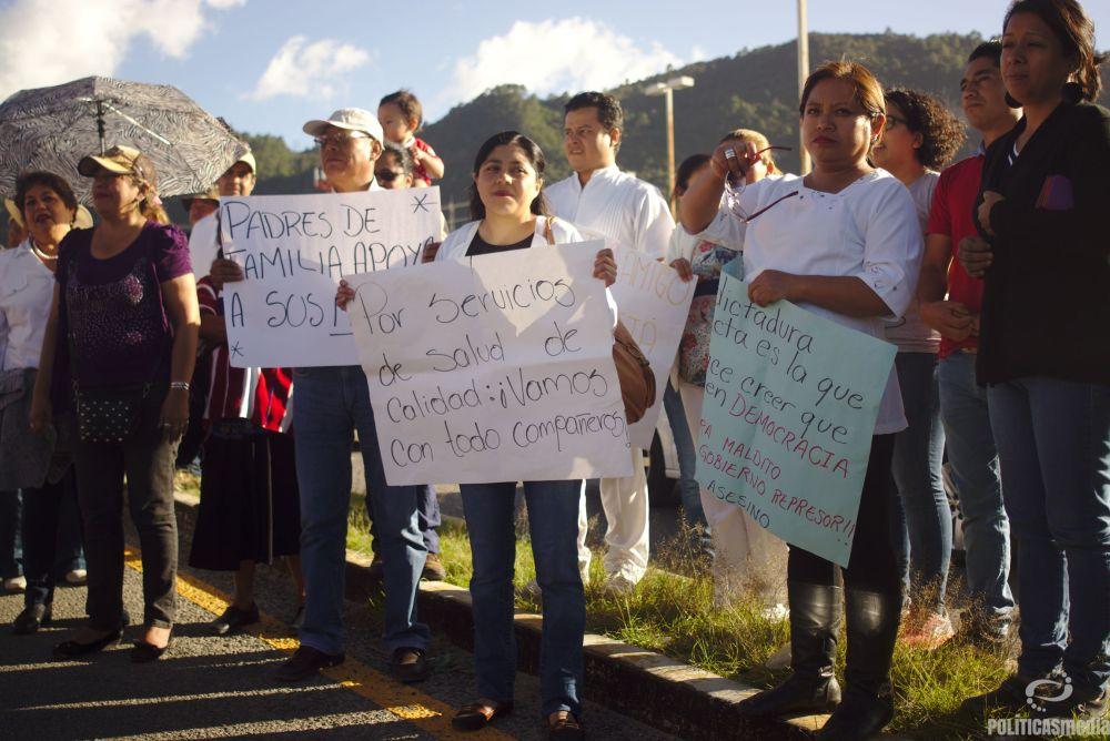 Médicos marchan con padres de familia en apoyo al magisterio San Cristóbal de las Casas | Fotografía: Antonio Hernández